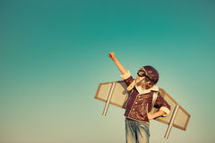 Ευτυχές παιχνίδι παιδιών με το αεροπλάνο παιχνιδιών