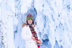 Ευτυχές παιχνίδι παιδιών σε ένα χιονώδες δάσος Στοκ φωτογραφία με δικαίωμα ελεύθερης χρήσης