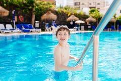 Ευτυχές παιχνίδι παιδιών στη λίμνη ξενοδοχείων Στοκ φωτογραφία με δικαίωμα ελεύθερης χρήσης