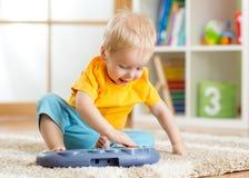 Ευτυχές παιχνίδι πιάνων παιχνιδιού αγοριών παιδάκι Στοκ Εικόνες