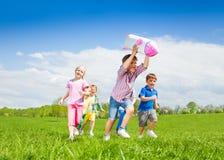 Ευτυχές παιχνίδι χαρτοκιβωτίων πυραύλων εκμετάλλευσης αγοριών και τρέξιμο παιδιών Στοκ εικόνα με δικαίωμα ελεύθερης χρήσης