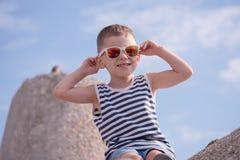 Ευτυχές παιδάκι με το καθιερώνον τη μόδα πουκάμισο γυαλιών ηλίου και λωρίδων ναυτικών Στοκ φωτογραφία με δικαίωμα ελεύθερης χρήσης