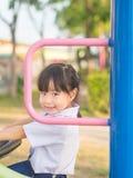 Ευτυχές παιδί, ασιατικό παιδί μωρών στο παιχνίδι σχολικών στολών Στοκ Φωτογραφία