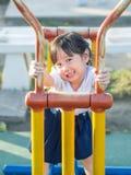 Ευτυχές παιδί, ασιατικό παιδί μωρών στο παιχνίδι σχολικών στολών Στοκ εικόνα με δικαίωμα ελεύθερης χρήσης