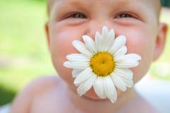 Ευτυχές παιδί με ένα λουλούδι chamomile Στοκ Εικόνες