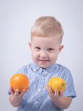 Ευτυχές παιδί με τα πορτοκάλια Στοκ φωτογραφίες με δικαίωμα ελεύθερης χρήσης