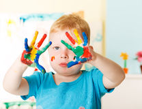 Ευτυχές παιδί με τα χρωματισμένα χέρια Στοκ εικόνα με δικαίωμα ελεύθερης χρήσης