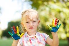 Ευτυχές παιδί με τα χρωματισμένα χέρια Στοκ Εικόνες