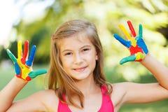 Ευτυχές παιδί με τα χρωματισμένα χέρια Στοκ φωτογραφία με δικαίωμα ελεύθερης χρήσης