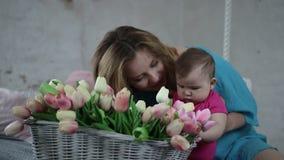 Ευτυχές παιδί μητέρων και νηπίων που χαλαρώνει στο σπίτι απόθεμα βίντεο