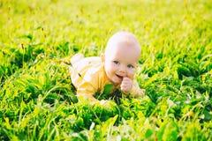 Ευτυχές παιδί μωρών που βρίσκεται στη χλόη στη θερινή ημέρα Στοκ εικόνες με δικαίωμα ελεύθερης χρήσης