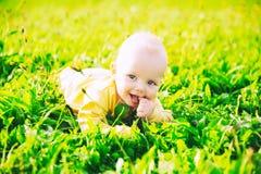 Ευτυχές παιδί μωρών που βρίσκεται στη χλόη στη θερινή ημέρα Στοκ φωτογραφίες με δικαίωμα ελεύθερης χρήσης
