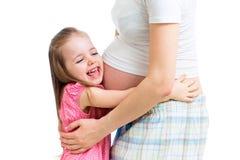 Ευτυχές παιδί που αγκαλιάζει την έγκυο μητέρα Στοκ εικόνες με δικαίωμα ελεύθερης χρήσης