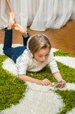 Ευτυχές παιδί που ακούει τη μουσική Στοκ Φωτογραφία
