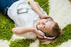 Ευτυχές παιδί που ακούει τη μουσική Στοκ Εικόνα
