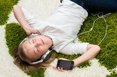 Ευτυχές παιδί που ακούει τη μουσική Στοκ Εικόνες