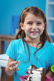 Ευτυχές παιδί που τρώει το κέικ γενεθλίων Στοκ Φωτογραφίες