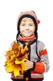 Ευτυχές παιδί στα μάλλινα ενδύματα που κρατά τα φύλλα σφενδάμου Στοκ εικόνα με δικαίωμα ελεύθερης χρήσης
