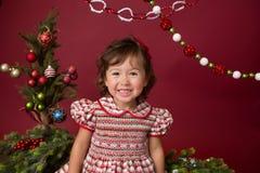 Ευτυχές παιδί στην εξάρτηση Χριστουγέννων, χειμερινή οργάνωση στοκ εικόνες