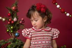 Ευτυχές παιδί στην εξάρτηση Χριστουγέννων, χειμερινή οργάνωση στοκ εικόνα