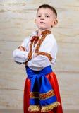 Ευτυχές παιδί υπερήφανο για να φορέσει το ουκρανικό κοστούμι Στοκ φωτογραφία με δικαίωμα ελεύθερης χρήσης