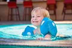 Ευτυχές παιδί swimming-pool στοκ φωτογραφία