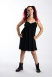Ευτυχές πανκ κορίτσι στις μπότες αγώνα και το μαύρο φόρεμα Στοκ Εικόνες