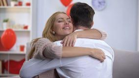Ευτυχές παντρεμένο ζευγάρι που αγκαλιάζει tenderly, πολύτιμος χρόνος μαζί, ημέρα βαλεντίνων του ST απόθεμα βίντεο