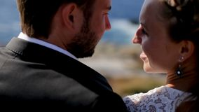 Ευτυχές παντρεμένο ζευγάρι στην παραλία η έννοια μιας ευτυχούς οικογενειακής ζωής απόθεμα βίντεο