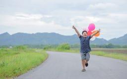 Ευτυχές παχύ αγόρι που τρέχει με το μπαλόνι στοκ φωτογραφία με δικαίωμα ελεύθερης χρήσης