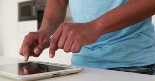Ευτυχές περιστασιακό άτομο που χρησιμοποιεί την ψηφιακή ταμπλέτα απόθεμα βίντεο