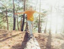 Ευτυχές περπάτημα τύπων υπαίθριο Στοκ Εικόνες