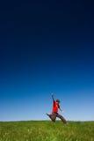 ευτυχές πηδώντας άτομο Στοκ φωτογραφία με δικαίωμα ελεύθερης χρήσης