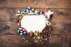 Ευτυχές πλαίσιο Πάσχας με τη ευχετήρια κάρτα με το διάστημα για το κείμενο, choc Στοκ Φωτογραφίες