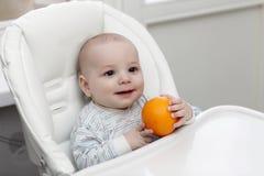 ευτυχές πορτοκάλι εκμετάλλευσης μωρών στοκ φωτογραφίες με δικαίωμα ελεύθερης χρήσης