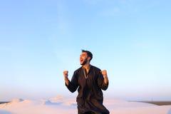 Ευτυχές πορτρέτο αρσενικού Άραβα, ο οποίος χαμογελά και χαίρεται για τη ζωή, ST Στοκ Φωτογραφίες