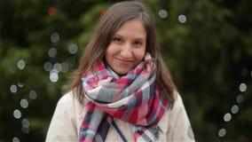 Ευτυχές πορτρέτο γυναικών υπαίθρια μια ηλιόλουστη χειμερινή ημέρα, κορίτσι που γελά και που εξετάζει τη κάμερα, έκθεση Χριστουγέν απόθεμα βίντεο