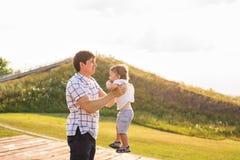 Ευτυχές πορτρέτο πατέρων και γιων που παίζει μαζί να έχε τη διασκέδαση Στοκ Εικόνες