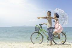 Ευτυχές ποδήλατο γύρου μικρών κοριτσιών και αγοριών Στοκ Εικόνες