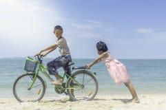 Ευτυχές ποδήλατο γύρου μικρών κοριτσιών και αγοριών Στοκ φωτογραφίες με δικαίωμα ελεύθερης χρήσης