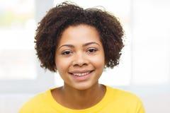 Ευτυχές πρόσωπο γυναικών αφροαμερικάνων νέο Στοκ Εικόνες
