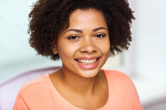 Ευτυχές πρόσωπο γυναικών αφροαμερικάνων νέο Στοκ φωτογραφία με δικαίωμα ελεύθερης χρήσης
