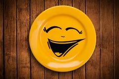 Ευτυχές πρόσωπο κινούμενων σχεδίων smiley στο ζωηρόχρωμο πιάτο πιάτων Στοκ εικόνα με δικαίωμα ελεύθερης χρήσης