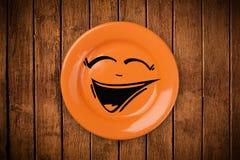 Ευτυχές πρόσωπο κινούμενων σχεδίων smiley στο ζωηρόχρωμο πιάτο πιάτων Στοκ εικόνες με δικαίωμα ελεύθερης χρήσης