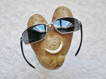 Ευτυχές πρόσωπο πατατών με τα γυαλιά ηλίου Στοκ Φωτογραφίες