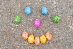Ευτυχές πρόσωπο φιαγμένο από ζωηρόχρωμα αυγά Πάσχας Στοκ φωτογραφίες με δικαίωμα ελεύθερης χρήσης