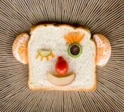Ευτυχές πρόσωπο ψωμιού στο κεραμικό πιάτο Στοκ Εικόνα