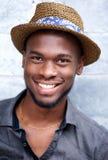 Ευτυχές δροσερό άτομο αφροαμερικάνων που χαμογελά με το καπέλο Στοκ εικόνα με δικαίωμα ελεύθερης χρήσης
