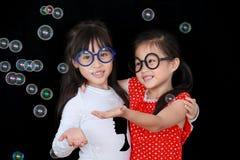 ευτυχές σαπούνι παιχνιδιού κοριτσιών φυσαλίδων Στοκ φωτογραφίες με δικαίωμα ελεύθερης χρήσης
