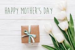 Ευτυχές σημάδι κειμένων ημέρας μητέρων στο μοντέρνο παρόν κιβώτιο τεχνών και tul στοκ εικόνα